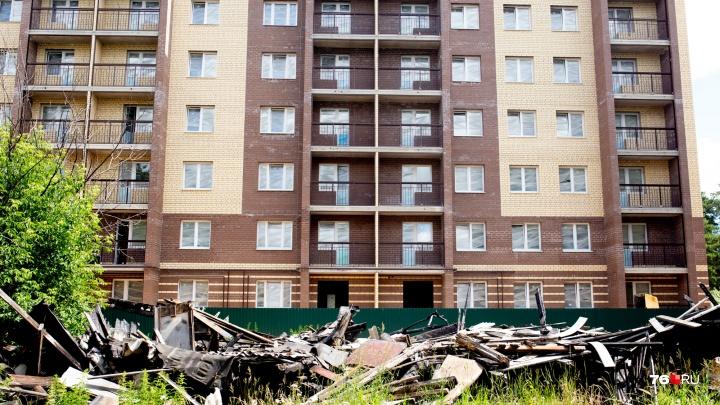 В Ярославле на месте сгоревших бараков выросла многоэтажка. А бывшие жильцы стали бомжами