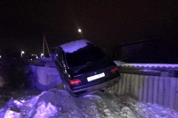 Вчера на Высоковольтной BMW оседлал забор