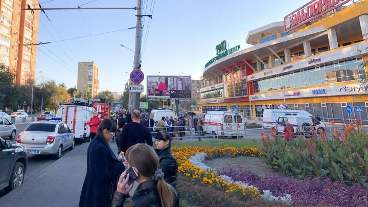 В Ростове ТРЦ «РИО» эвакуировали. Спасатели ищут бомбу