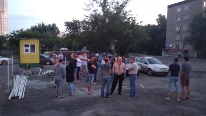 «Быстренько воткнули будку»: жители дома в Челябинске встали на защиту двора от платной парковки