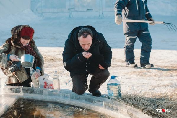 Ежегодно десятки тюменцев набирают воду из прорубей. Но специалисты рекомендуют не делать так