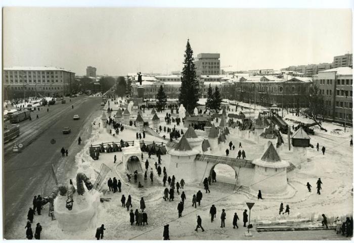 Узнаёте площадь 1905 года?