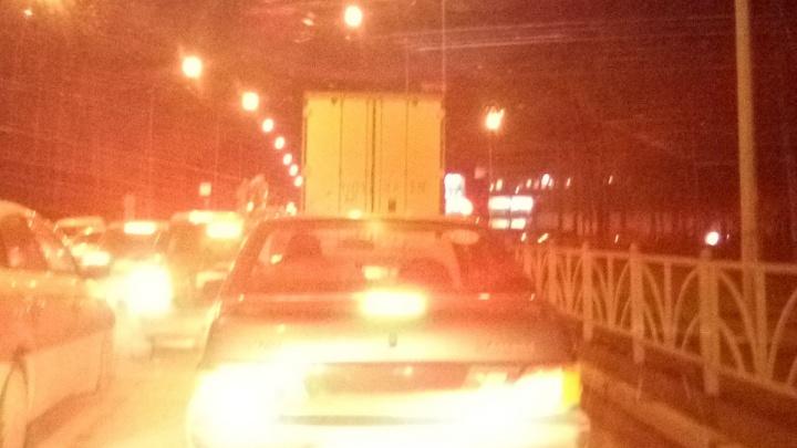 Улица между Мичуринским и Объездной дорогой встала в глухую пробку из-за сломавшейся фуры