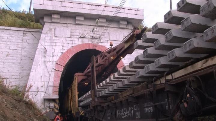 Под Екатеринбургом отремонтировали рельсы в старинном тоннеле, который связывает Европу и Азию