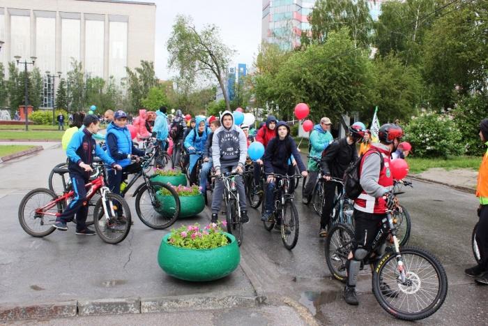 Сегодняшний велопробег оказался не таким массовым, как 8 мая, когда по магистралям прокатились тысячи новосибирцев