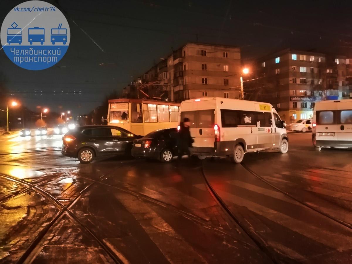 Очевидцы сообщают, что аварию на трамвайных путях спровоцировало маршрутное такси