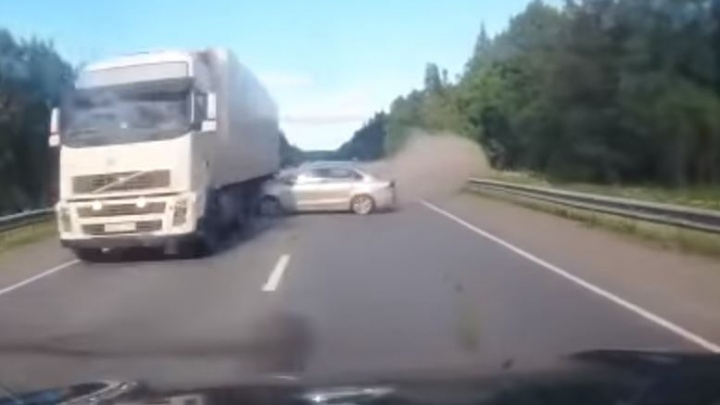 Дорожное видео недели: разборки со стрельбой под Камышловом и смерть пяти в ДТП на Пермском тракте