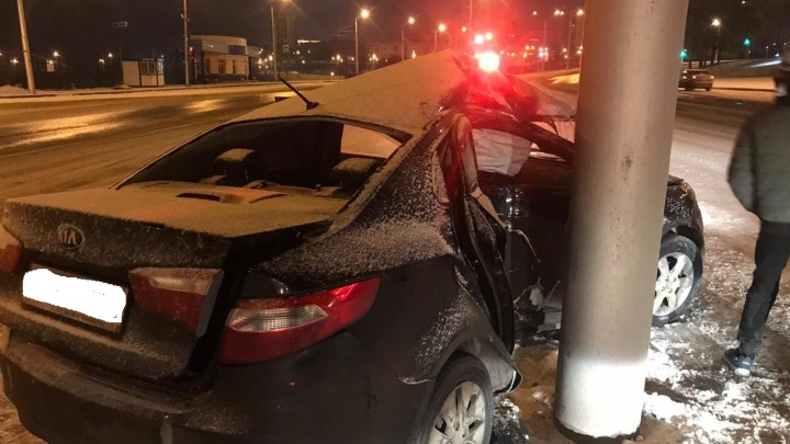В Уфе ночью водитель протаранил столб: пострадала студентка-первокурсница