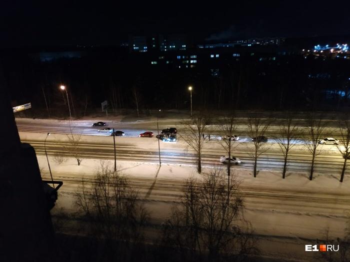 Один из автомобилей занесло на дороге, а второй в него влетел