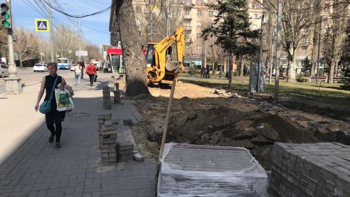 Цветников не будет: в центре Волгограда освободившийся от «стекляшки» пятачок заложат серой плиткой