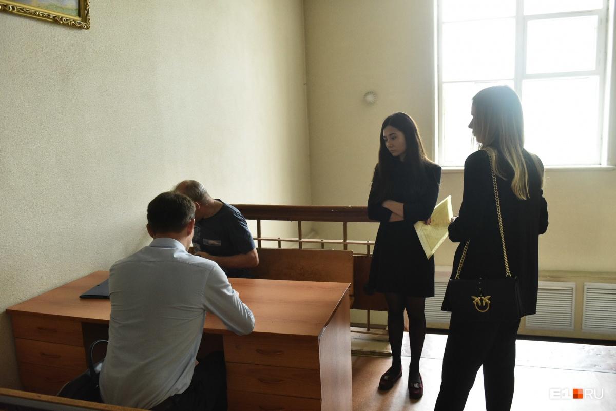 Родственники общаются со следователем на втором этаже