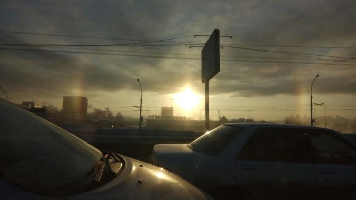 В небе над Димитровским мостом вспыхнуло красивое гало (фото)