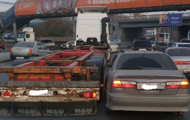 Утро не задалось: водители встали в пробку на Труда из-за аварии с большегрузом