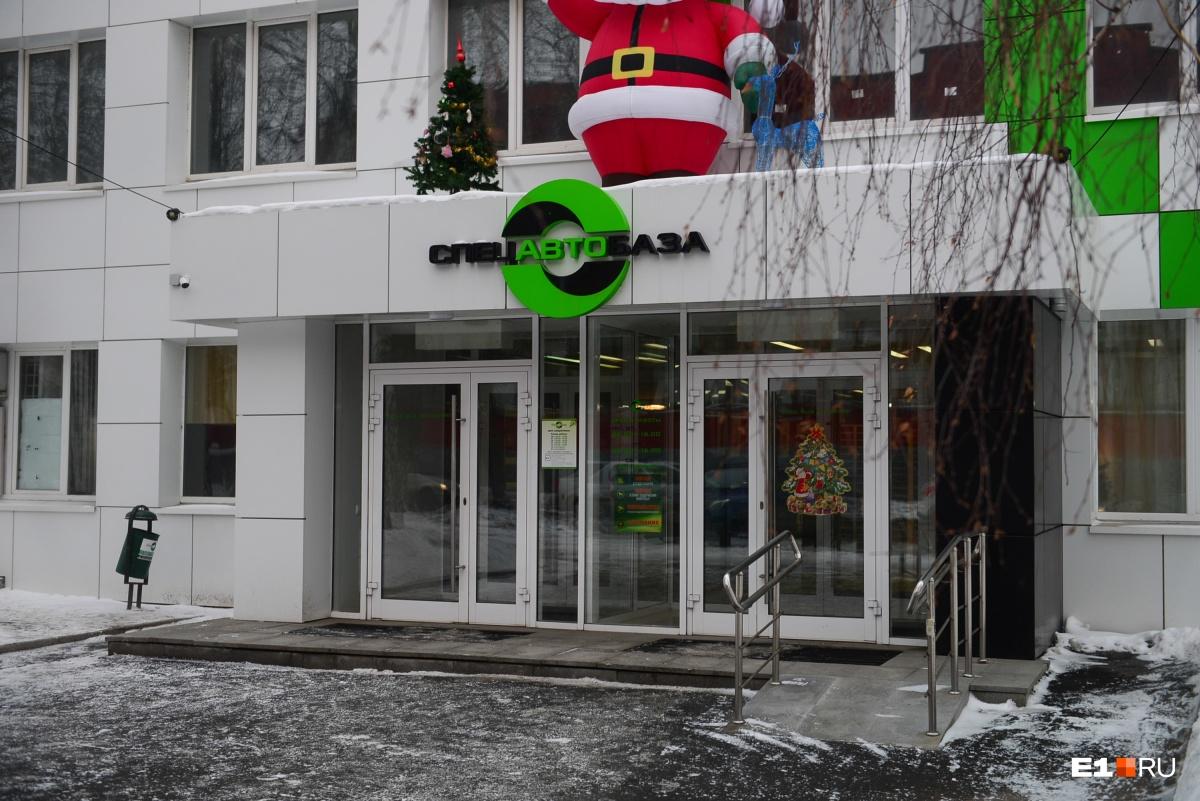 «Спецавтобаза» сама вывозит из Екатеринбурга 20% мусора, остальное — генподрядчик. Есть жалобы? Звоните по телефону горячей линии8 (800) 775-00-96 (с пн. по чт. — с 8:00 до 18:00, в пт. — с 8:00 до 17:00)