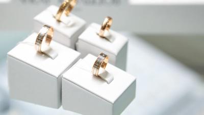 Звездная россыпь, барокко и строгая огранка: обзор колец для тех, кто собирается жениться этим летом