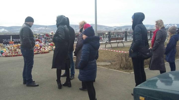 Полиция оцепила район возле «Галереи Енисей», где вчера прошла акция памяти по погибшим в Кемерово