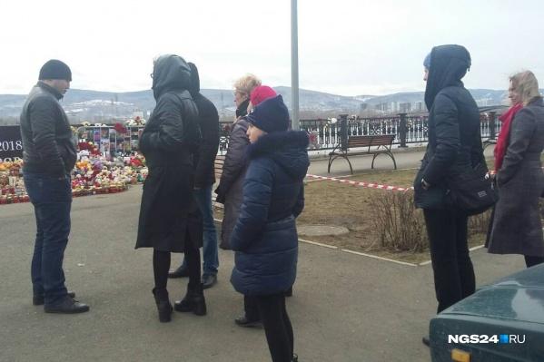 Прямо сейчас на набережной люди, полицейские не пускают их к мемориалу