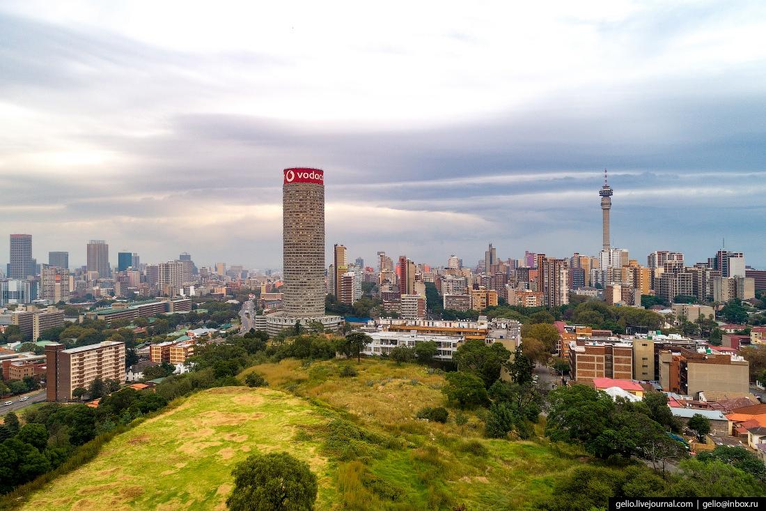 На вершине башни находится самая большая высотная реклама в Южном полушарии, телекоммуникационной компании Vodacom.