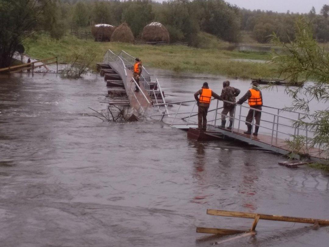 Мост профессиональных строителей продержался чуть больше суток