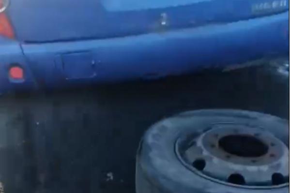 Колёса у автобуса отвалились, когда он ехал по трассе