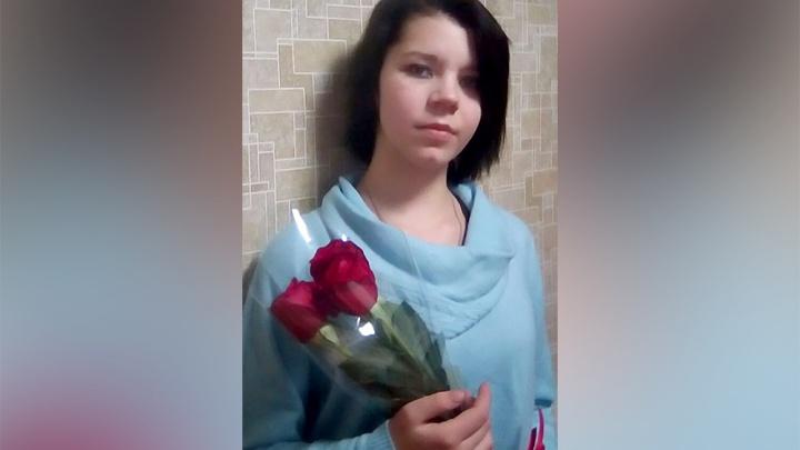 В Новосибирске пропала школьница в красной шапке