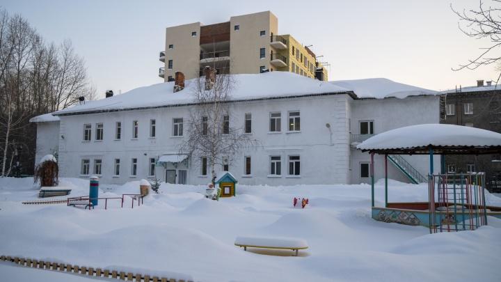 «Сильно провис потолок, идет обследование». В Новосибирске экстренно закрыли детский сад