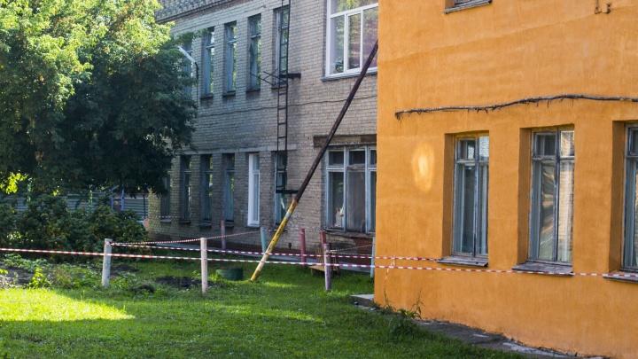 «Ребёнка водить страшно»: стену детского сада в Октябрьском районе подперли трубой из-за трещин