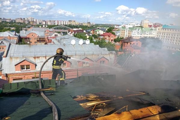 Более 70 пожарных несколько часов боролись с огнём. После за дело взялись дознаватели, которым уже удалось установить предварительную причину возгорания<br>