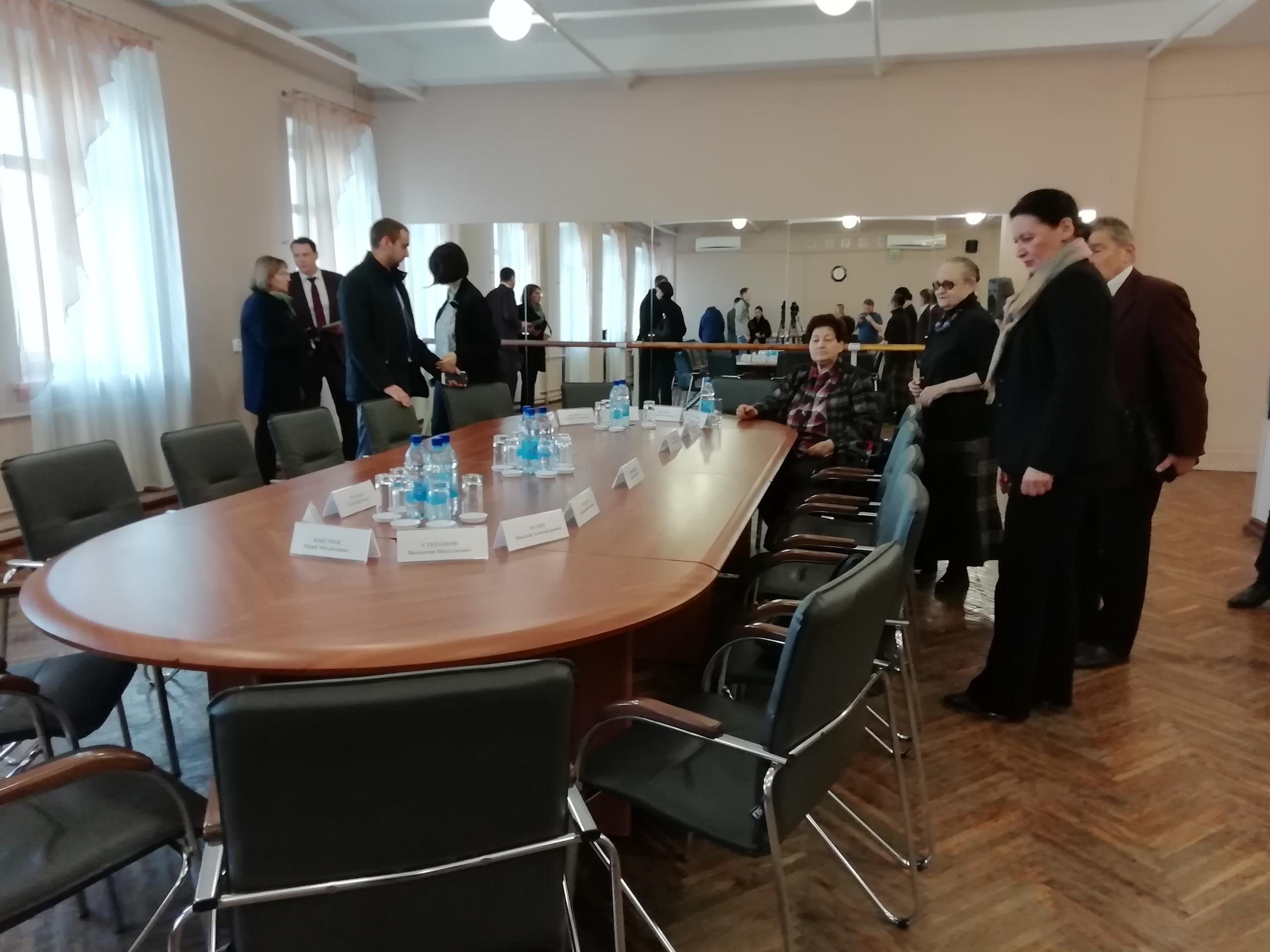 Участники круглого стола собираются в Волковском театре