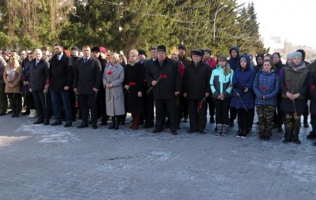 Активисты поискового движения России возложили цветы к Вечному огню в Кургане