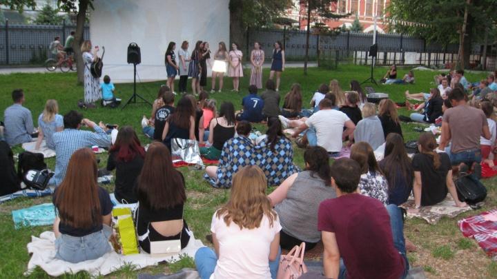«Собираем по полтыщи — пора подумать о всех»: кино под звездами в Волгограде теперь с субтитрами