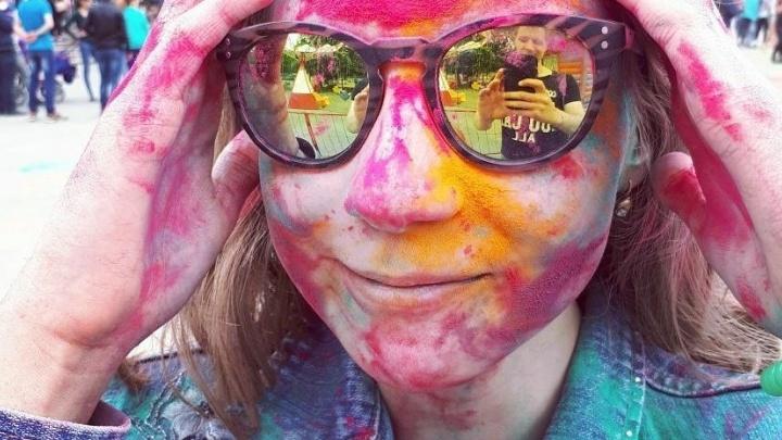Лица всех цветов радуги: на Сортировке тёплый летний день отметили фестивалем красок