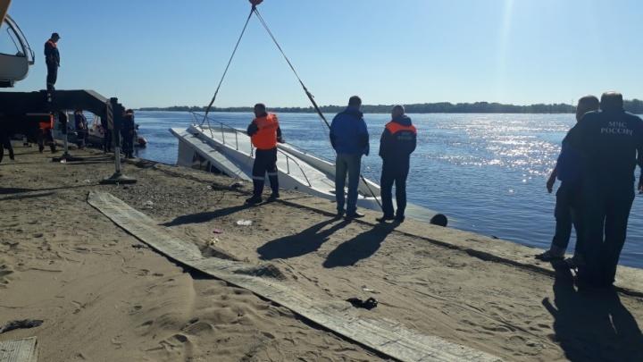 В Волгограде затонувший катамаран при подъеме затрещал по швам