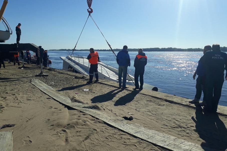 Разбившееся судно прибило к берегу в поселке Купоросный