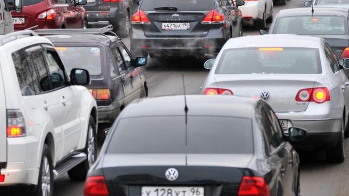На Пермском тракте автомобилисты встали в многокилометровую пробку из-за ремонта дороги