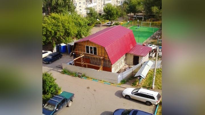 Бизнесмен отстроил коттедж во дворе дома на 60 лет Октября: жители против и хотят парковку