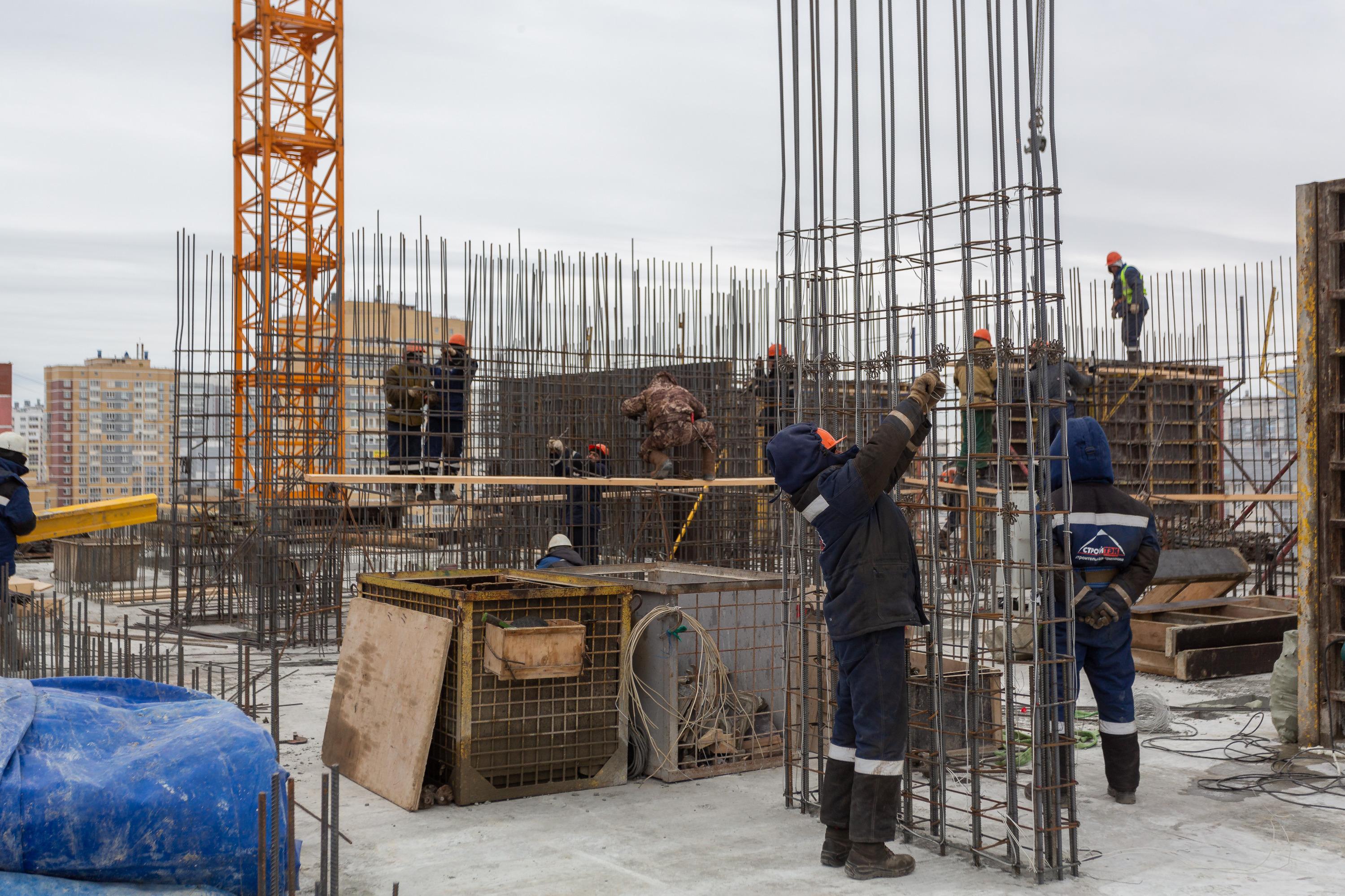 Рабочие вяжут арматуру, которая будет «скелетом» стен 13-го этажа