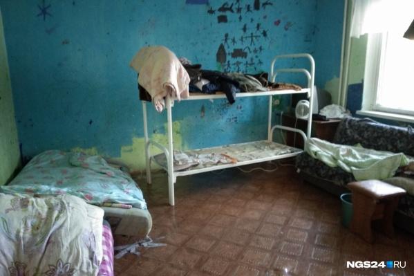 Семья из 4 человек проживает в комнате площадью 12 квадратов