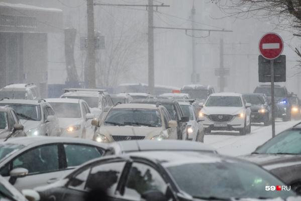 С 30 декабря в центре города запретят парковку, а в новогоднюю ночь — перекроют улицы