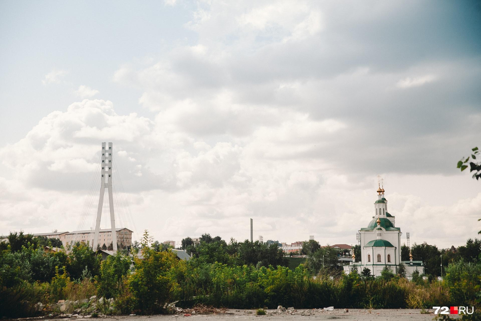 Вид на Вознесенский храм с площадки, где собираются строить новый жилой квартал