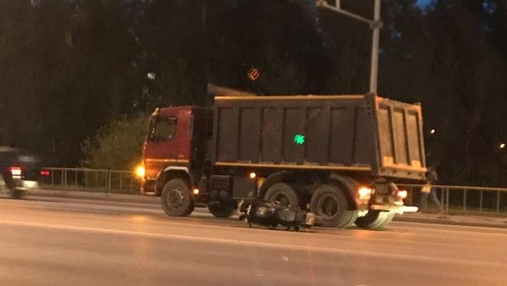 Мотоциклиста увезли на скорой после столкновения с самосвалом на Широтной