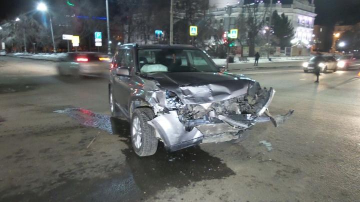 «Руль был в крови»: возле Театра оперы и балета жёстко столкнулись две иномарки
