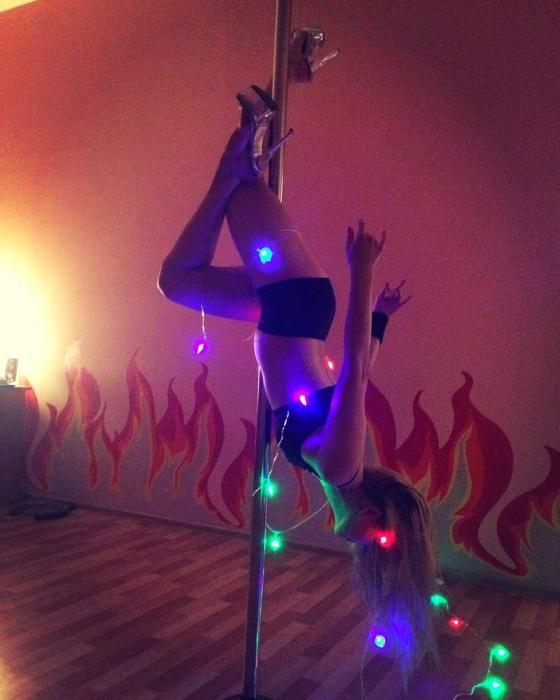В студии танца «Феникс» самая что ни на есть живая елочка. Интересно, как долго она так может провисеть? :)