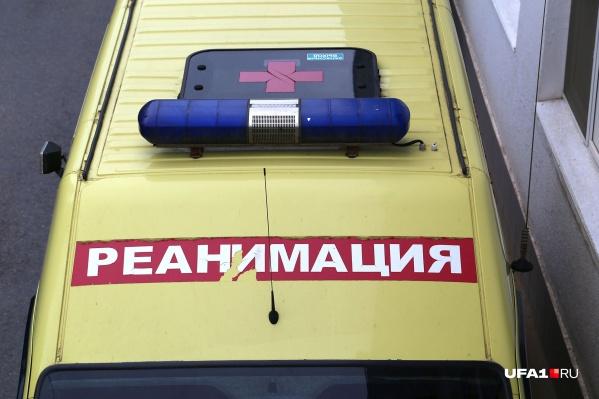 На машине скорой помощи девочку доставили в больницу
