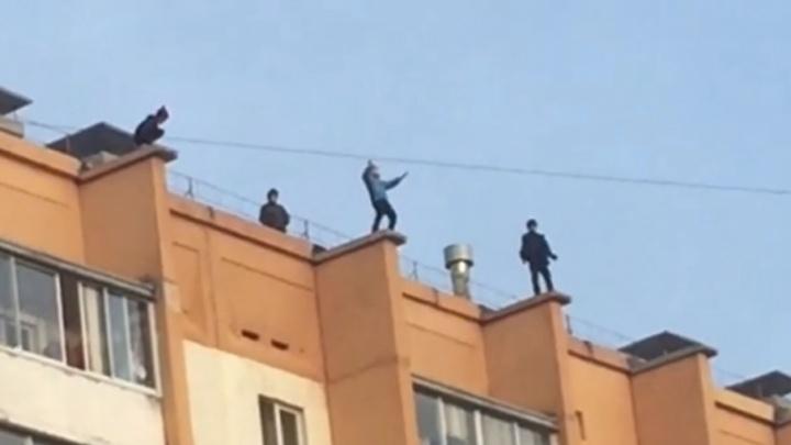 Челябинцев шокировали дети, скачущие на краю десятиэтажки Минобороны