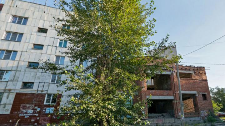В Челябинске с неогороженного недостроя упал подросток