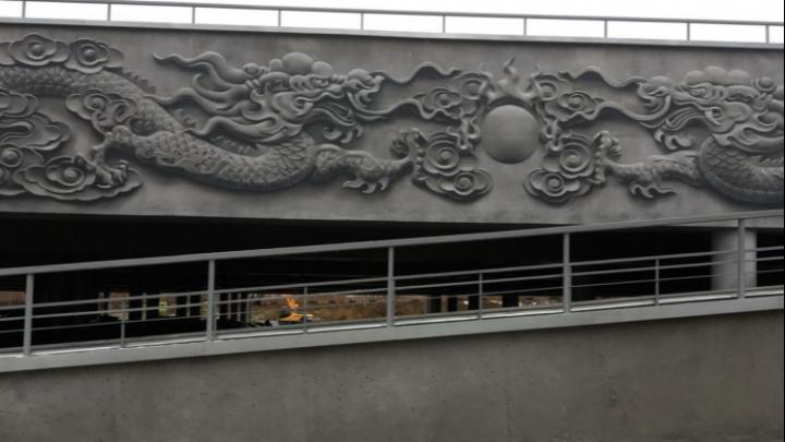 Выглядит как барельеф: на «Таганском ряду» художники нарисовали девять китайских драконов