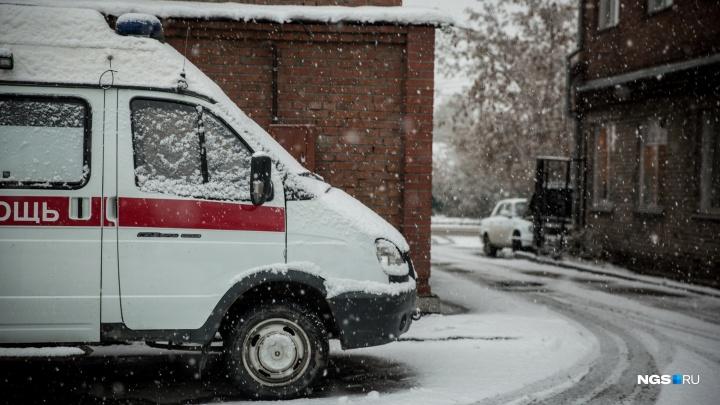 «Буксуем в частном секторе»: в скорой рассказали сколько машин в день застревает в снегу