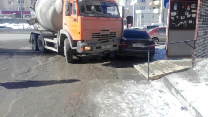 Водитель КАМАЗа не справился с управлением и протаранил припаркованный Mercedes