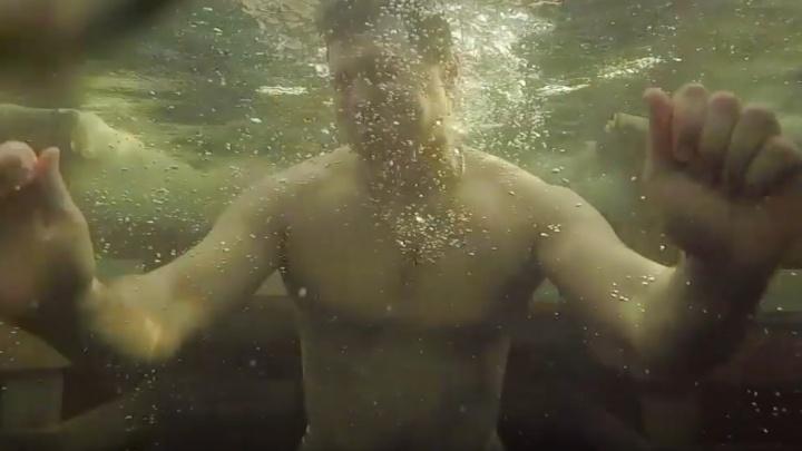 Под воду вместе с горожанами: смотрим видео купаний на Шарташе с необычного ракурса